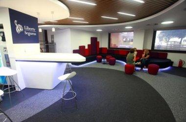 las nuevas oficinas de liberty seguros reflejan su